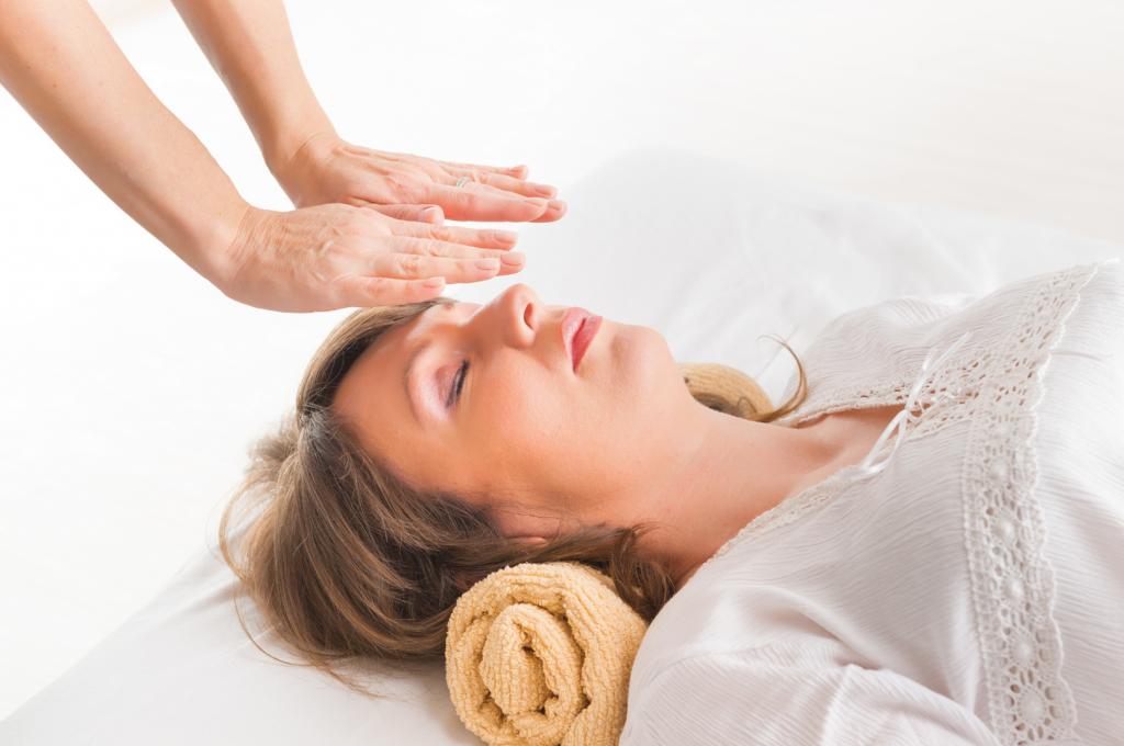 Professional-Reiki-healer-doin-63519220